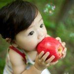 Enseñar a comer fruta a los niños