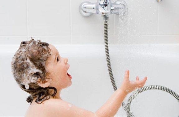 Aprender a bañarse solos los niños
