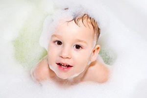 Enseñar a bañarse solos los niños
